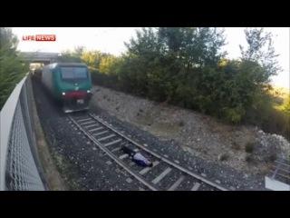Подросток лег под несущийся поезд ради экстремального видео