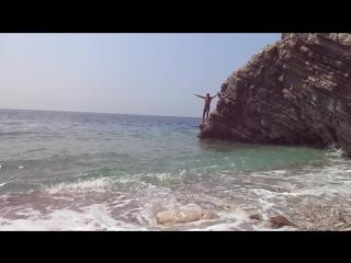 Прыжок со скалы Черногория. Адриатическое море.