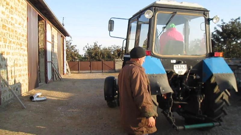 Трактор в поле дыр дыр дыр