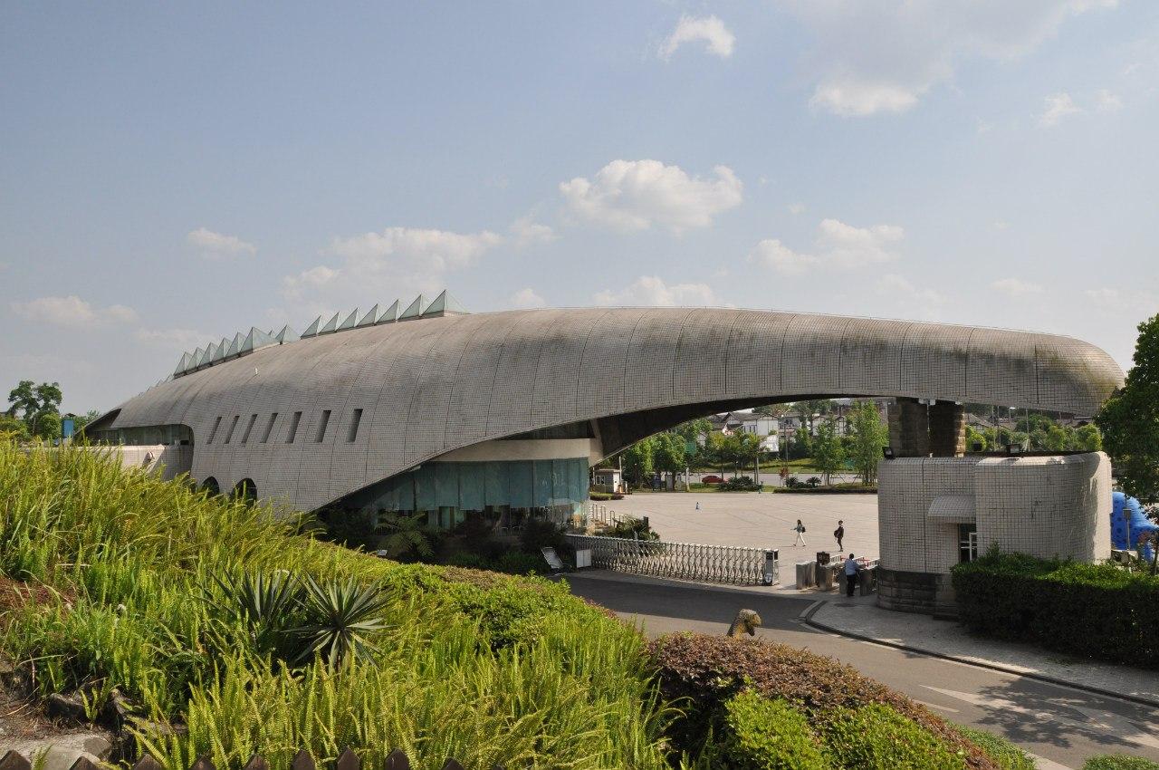 Само здание выполнено в виде динозавра