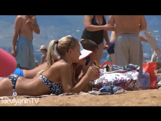 Девушки на пляже Крыма. Отдых в Коктебеле. Коктебель.