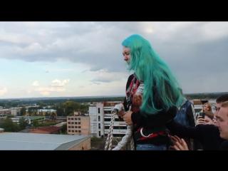 Девочка с бирюзовыми волосами