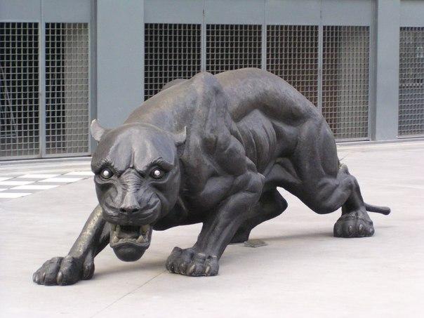 Монумент пантеры-символа клуба.