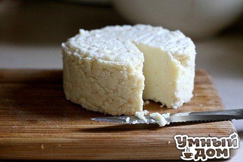 """El queso de casa """"а-ля моцарелла"""" la leche - 1 l la sal grande - 1 art. de l la crema agria - 200 ml del huevo - 3 sht la Preparación: la Leche verter en la cacerola, añadir la sal, poner a fuego y llevar hasta la ebullición. En la crema agria clavar los huevos, es bueno mezclar hasta la masa homogénea y por el hilo delgado verter en la leche que hierve, revolviendo cocer 3-4 minutos. Cuando habrá unos grandes copos quitar de fuego y colar a través de la gasa. Estrujar, ajustadamente atar la gasa y poner para una noche bajo el peso, habiendo arreglado en el refrigerador. Se puede en el proceso …"""
