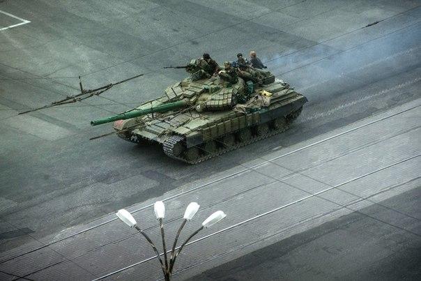 Танк ополченцев на улице Луганска