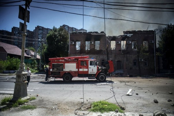 Здание, загоревшееся во время артиллерийского обстрела Луганска украинскими силовиками