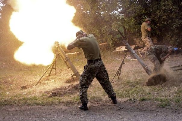 Бойцы ополчения ведут огонь из минометов во время боя за пограничный населенный пункт Кожевня под Снежным