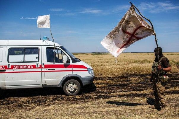 Украинский военный во время передачи тел убитых на нейтральной территории вблизи поселка Диброво возле российско-украинской границы в Донецкой области