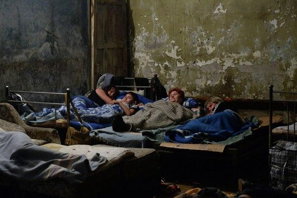 Жители Горловки в бомбоубежище, оборудованном ополченцами для гражданского населения