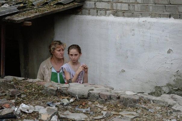 Жители Иловайска перед входом в подвал, переоборудованный в бомбоубежище