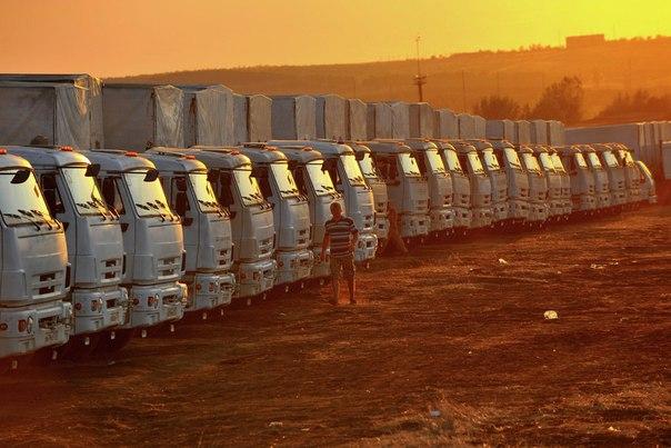 Грузовые автомобили, входящие во вторую колонну с гуманитарным грузом для юго-востока Украины, на стоянке в городе Каменск-Шахтинский Ростовской области