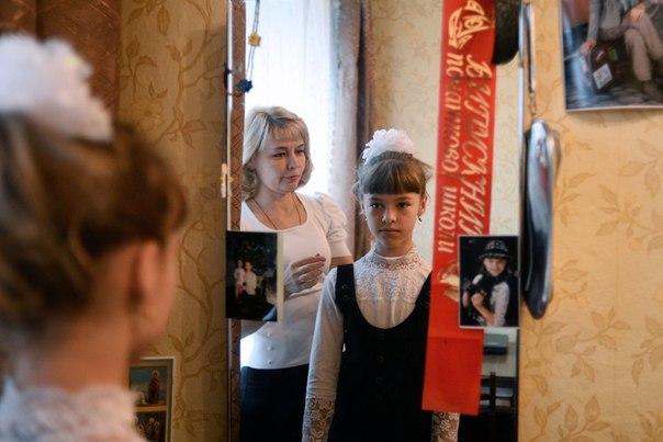 Украинские беженцы Ольга Кошуба и ее дочь Елизавета перед торжественной линейкой 1 сентября в городе Старая Русса Новгородской области