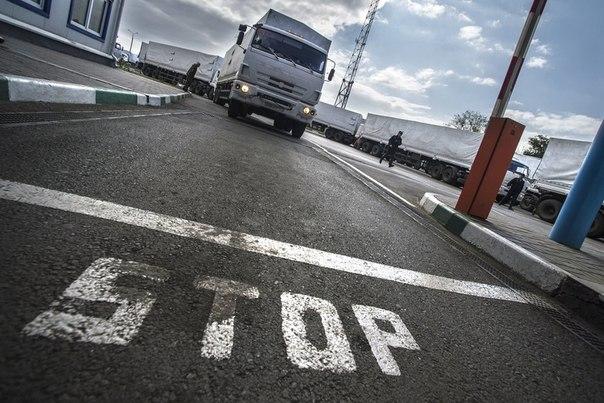 Автомобили российского конвоя МЧС РФ, которые доставили гуманитарную помощь для жителей юго-востока Украины, на пропускном пункте перед въездом в Россию
