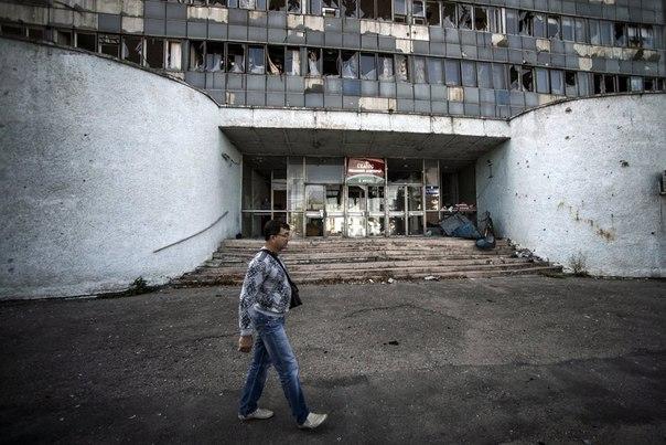 Одно из зданий Луганска, поврежденных артобстрелом