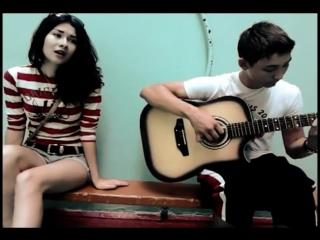 Девушка поёт грустную песню под гитару.