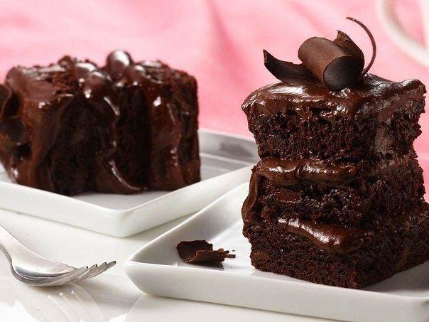 Быстрый пирог на кефире с шоколадом Ингредиенты: Мука – 3 ст. Кефир – 300 мл Яйца – 3 шт. Сливочное масло – 100 г Сахар – 1 ст. Сода – 1 щ. Какао – 50 г Шоколадная стружка – 100 г Приготовление: 1.Смешайте все ингредиенты. 2.Добавьте соду, гашеную уксусом. 3.Залейте шоколадное тесто в емкость для выпечки. 4.Поставьте емкость в духовку, разогретую до 200 градусов. 5.Пирог выпекается 25 минут. 6.Готовое блюдо украшается шоколадной глазурью или поливается растопленным шоколадом.