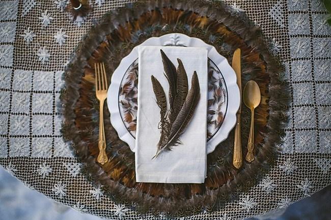 украшение для праздничного стола из перьев