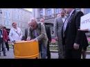 Николай Кузьмин привез ядерную бочку к Законодательному Собранию Санкт-Петербурга