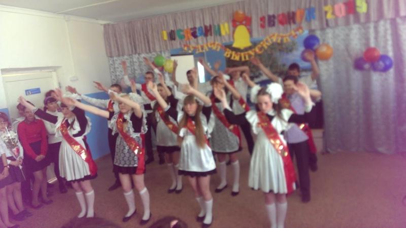 Последний звонок-танец 9 класса Шумковской школы