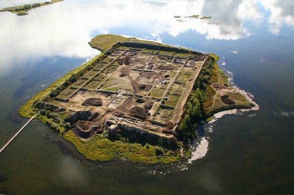 Археологи уже давно пытаются разгадать загадку «глиняного дома» — крепости, построенной посреди озера в республике Тува.