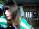 Красивая девушка поет армейскую песню под гитару А я не вернусь