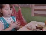 Маша открывает Киндер Сюрприз Пингвины Мадагаскара на русском языке