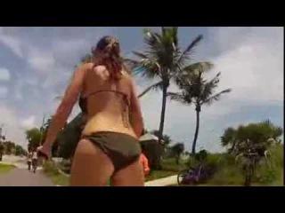 Big BOOBS Girl In The Bikini Riding Bike 乳搖腳踏車