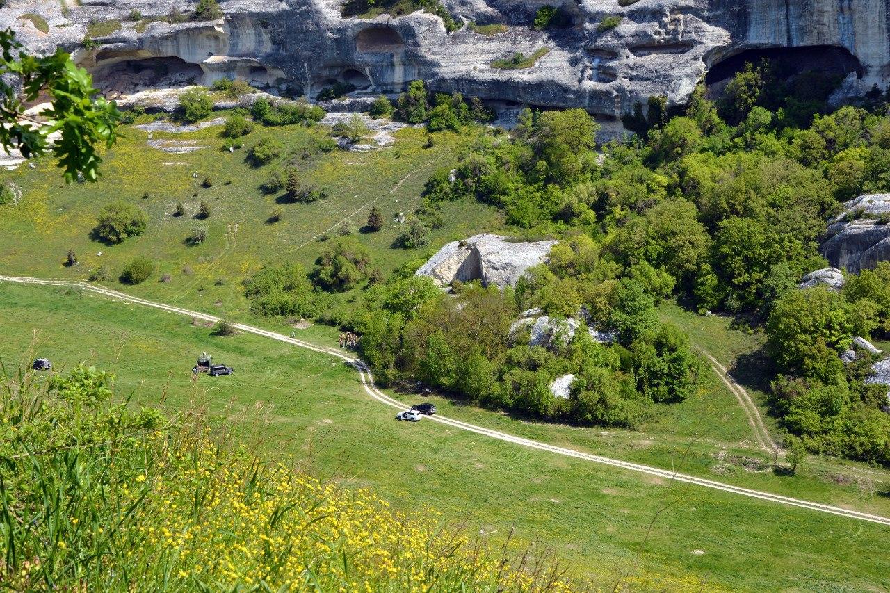 Долина у пещерного города Эски-кермен, место съемок многих фильмов исторических и военных приключений, фото опубликовано вК, автора не знаю, напишу конечно...