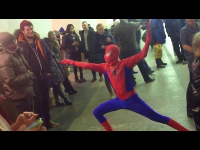 Человек-Паук в метро СПБ