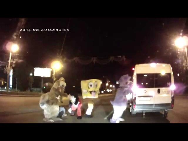 Челябинские разборки в стиле Disney: люди в костюмах героев мультфильмов избили водителя.