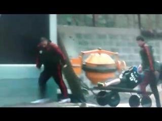 Paulo Victor do Framengu sendo retirado de carrinho de mo do treino