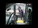 В Китае водитель автобуса спас девушку, собиравшуюся спрыгнуть с моста