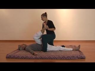 Пример массажа. Традиционный тайский массаж. Sanne Burger