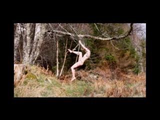 Эротика вверх тормашками Художница застряла голой на дереве и три часа звала на помощь Не повторяй такие перфор мансы 30.07.2015