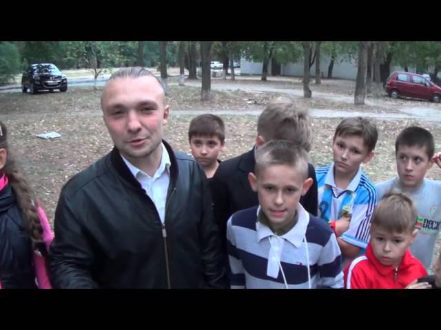 Діти разом з Рибаченко Тарасом вирішують, як облаштувати майданчик