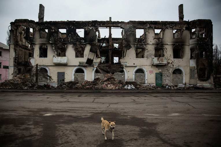 Разрушенное здание в Углегорске