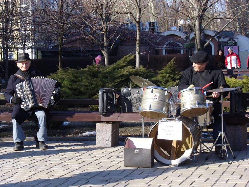Уличные музыканты на бульваре