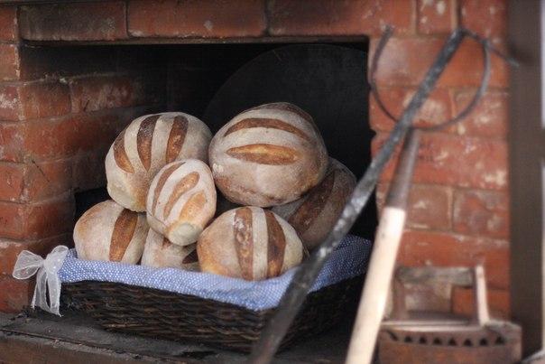 Печь ржаной хлеб в русской печи
