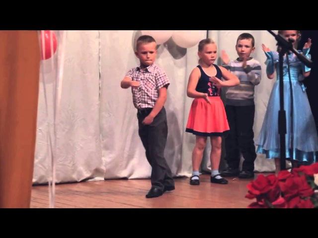Юный танцор отжигает задорный танец. Молодец мальчишка!
