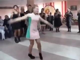 Русская девушка показала всем, как надо танцевать