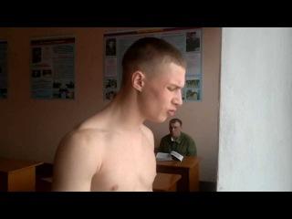 Солдат классно поёт.