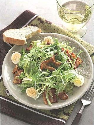 Фото рецепта: Зеленый салат с лисичками, перепелиными яйцами и беконом