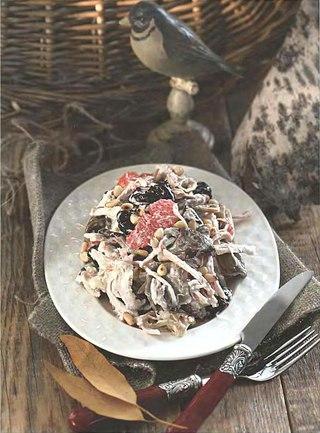 Фото рецепта: Салат с вешенками, куриным филе и черносливом