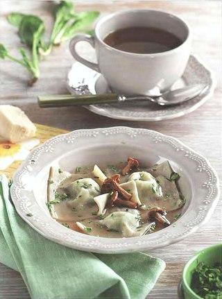 Фото рецепта: Бульон с равиоли и лисичками
