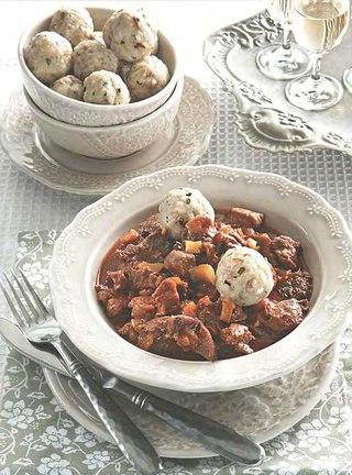 Фото рецепта: Рагу из говядины с грибными кнедлями