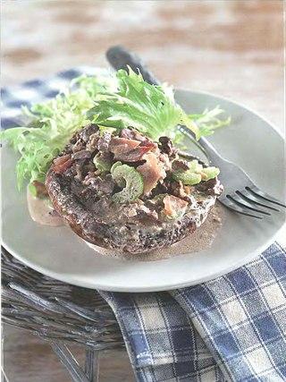 Фото рецепта: Портобелло с говядиной, беконом и сливочным соусом