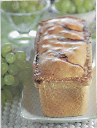 Фото рецепта: Пирог с ветчиной и виноградом