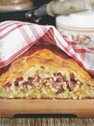Фото рецепта: Пирог из кролика со свекольными листьями и кедровыми орешками