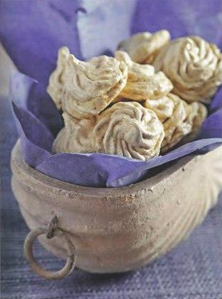 Фото рецепта: Кофейно-ореховые меренги