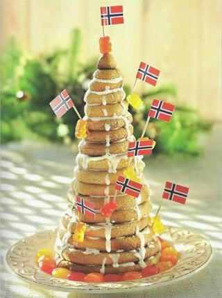 Фото рецепта: Норвежский рождественский торт-пирамида из миндальных колец